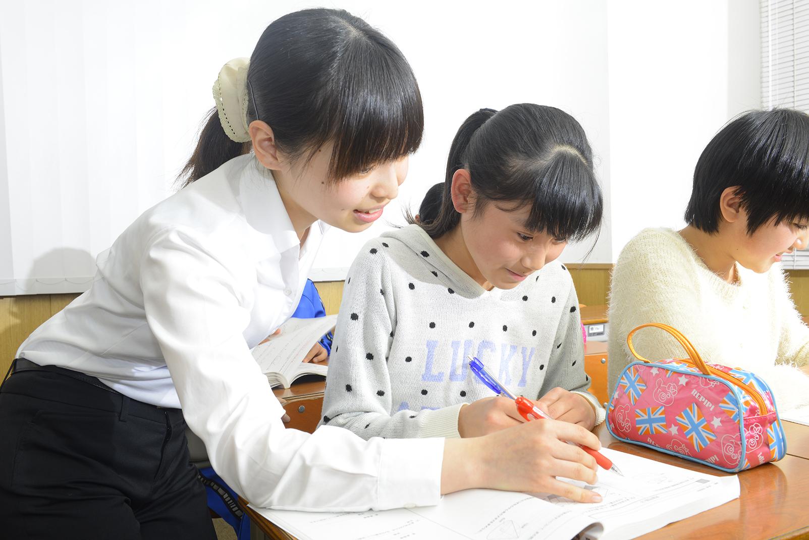 算数の授業は教師2~3名で指導!